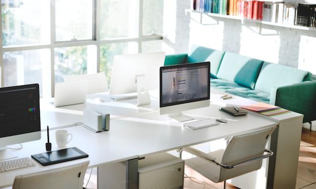 Hedendaagse kamer werkplek kantoorbenodigdheden concept Gratis Foto