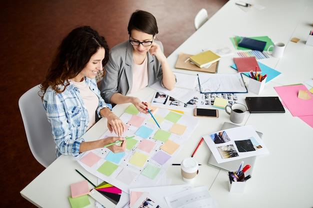 Hedendaagse vrouwen die werk plannen Premium Foto