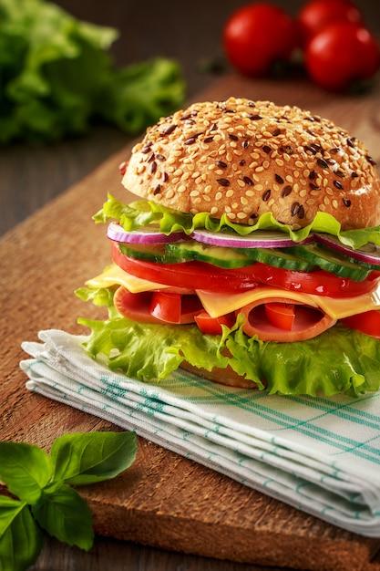 Heerlijk broodje ham, kaas en salami Premium Foto