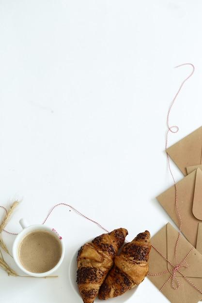 Heerlijk croissant op witte achtergrond Gratis Foto