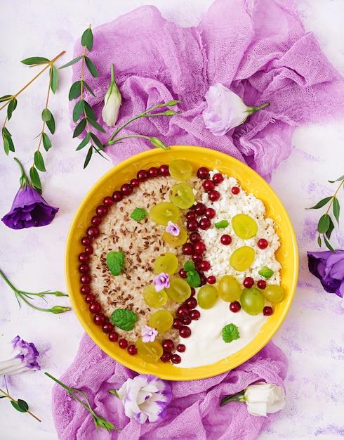 Heerlijk en gezond havermout met druiven, yoghurt en kwark. gezond ontbijt. fitness eten. goede voeding. plat leggen. bovenaanzicht Gratis Foto