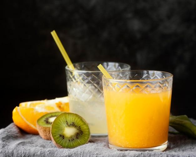 Heerlijk fruit en sinaasappelsap Gratis Foto