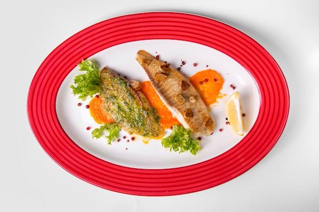 Heerlijk gekookte vis en sla Premium Foto