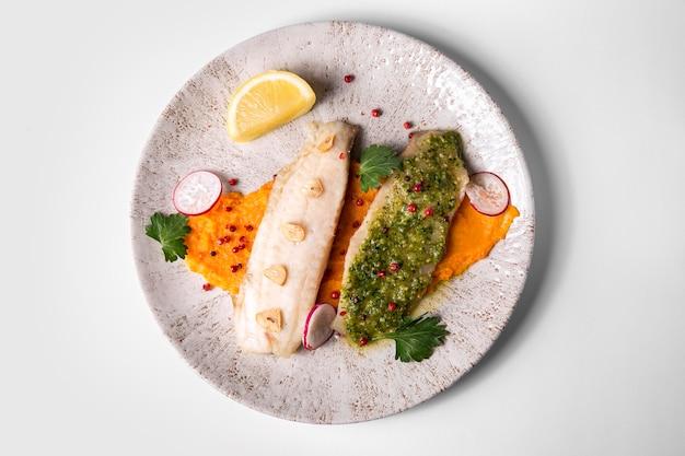 Heerlijk gekookte vis en zeevruchten plat gelegd Premium Foto