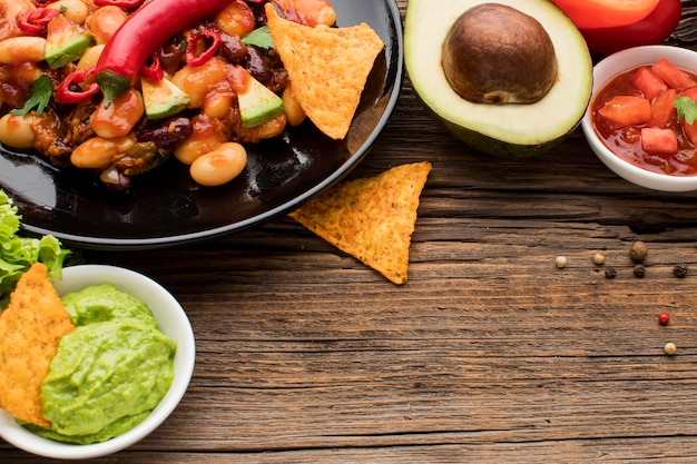 Heerlijk mexicaans eten met guacamole klaar om te worden geserveerd Gratis Foto