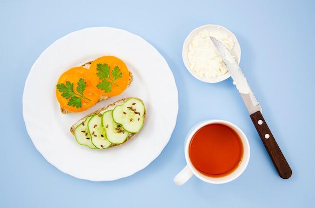 Heerlijk ontbijt met vegetarische broodjes en een kopje tee Gratis Foto