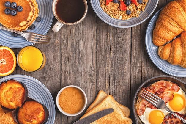 Heerlijk ontbijt op een rustieke tafel Premium Foto