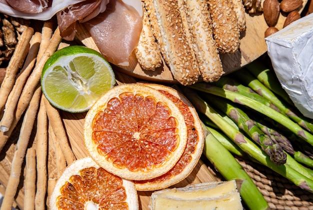 Heerlijk picknick eten. een verscheidenheid aan snacks voor buitenrecreatie van dichtbij. Gratis Foto