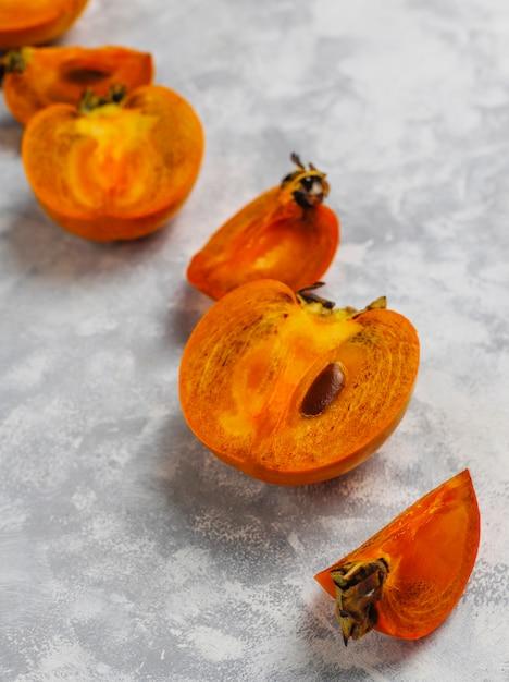 Heerlijk rijp dadelpruimfruit op beton Gratis Foto