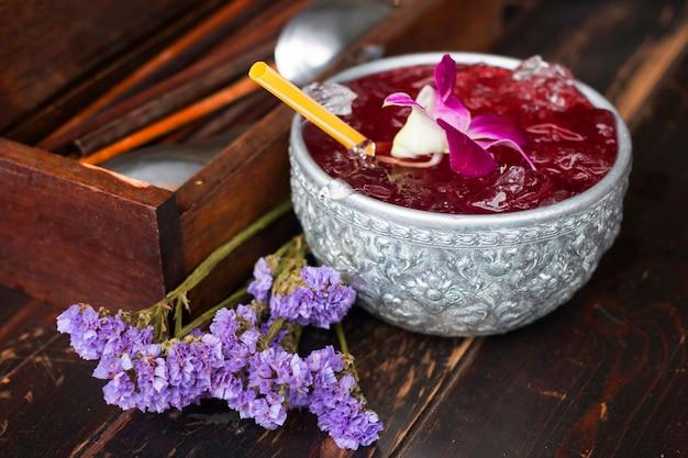 Heerlijk roselle-sap met erwtenbloemen Premium Foto