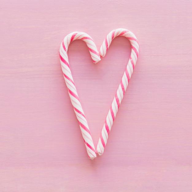 Heerlijk snoepgoed geplaatst in de vorm van een hart Gratis Foto