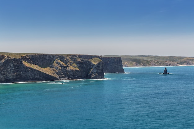 Heerlijk strand van arrifana, om te surfen in portugal. algarve Premium Foto