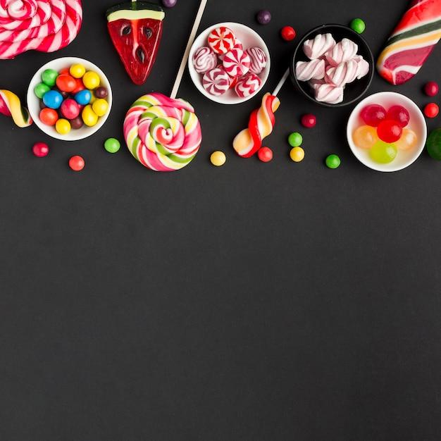 Heerlijk suikergoed op zwarte lijst met exemplaarruimte Gratis Foto
