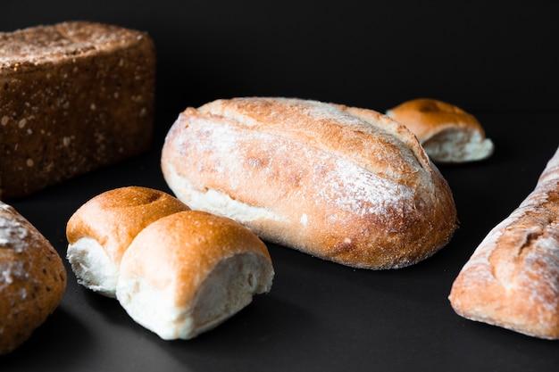 Heerlijk vers brood vooraanzicht Gratis Foto