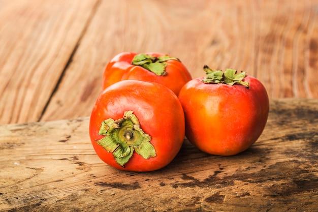Heerlijk vers dadelpruimfruit op houten lijst Premium Foto