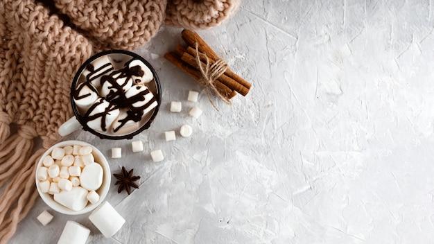 Heerlijk warme chocolademelk concept met kopie ruimte Gratis Foto