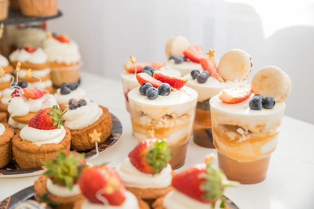 Heerlijk zoet buffet met desserts Premium Foto