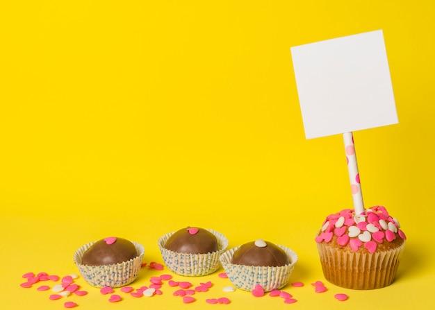 Heerlijk zoet suikergoed en cake met document op stok Gratis Foto