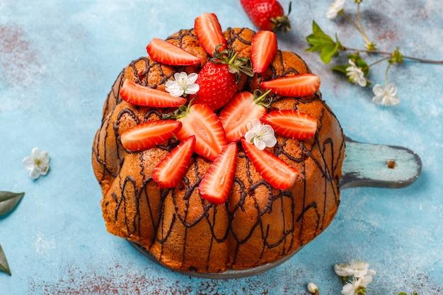 Heerlijke aardbeien chocoladetaart met verse aardbeien, bovenaanzicht Gratis Foto