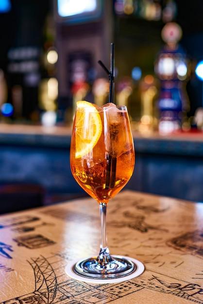 Heerlijke alcoholische cocktail in een mooi glas in een restaurant Premium Foto