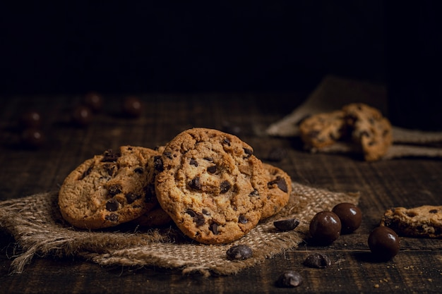 Heerlijke amerikaanse koekjes op jute Gratis Foto