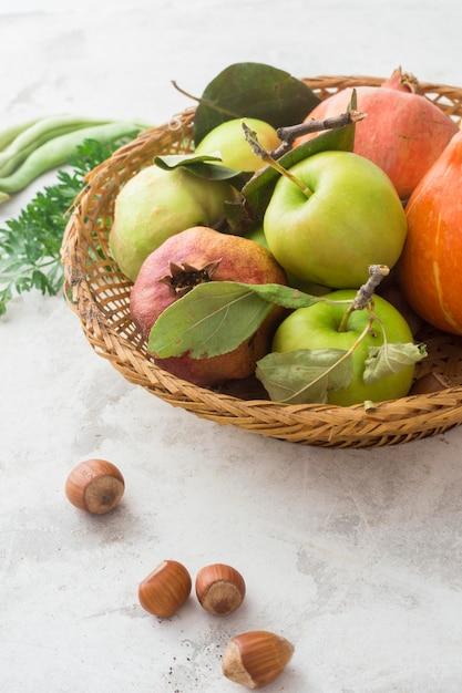 Heerlijke appelen in mand Gratis Foto