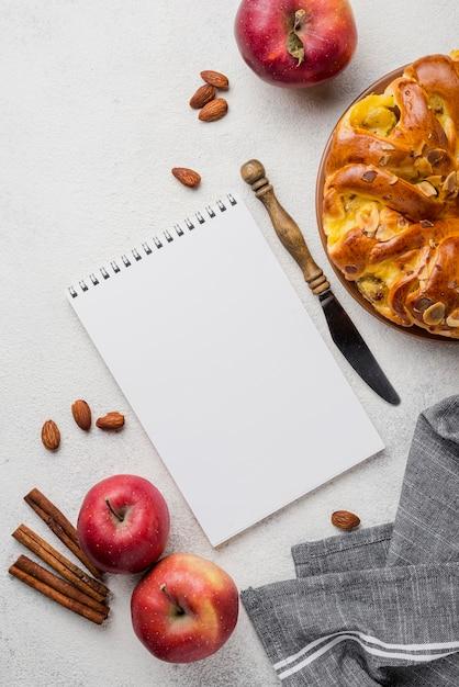 Heerlijke appeltaart met kladblok plat lag Gratis Foto