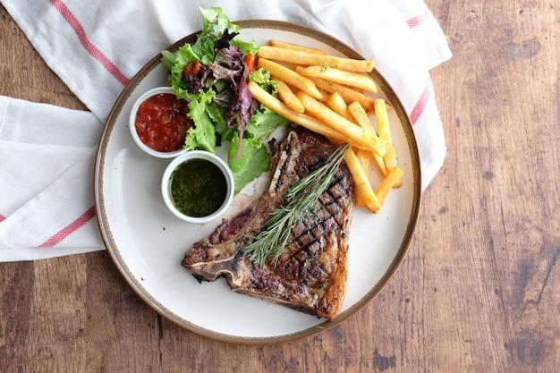 Heerlijke biefstuk met patat en chilisaus Premium Foto