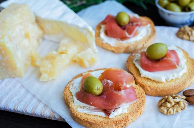 Heerlijke bruschetta met prosciutto Premium Foto