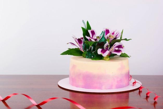 Heerlijke cake met verse bloemen Premium Foto