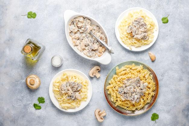 Heerlijke champignons en kip pasta, bovenaanzicht Gratis Foto