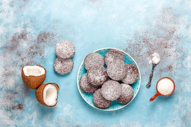 Heerlijke chocolade en kokos koekjes met kokos, bovenaanzicht Gratis Foto