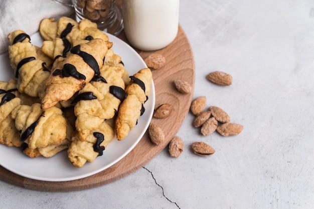 Heerlijke croissants en amandelen met chocoladeglazuur Gratis Foto