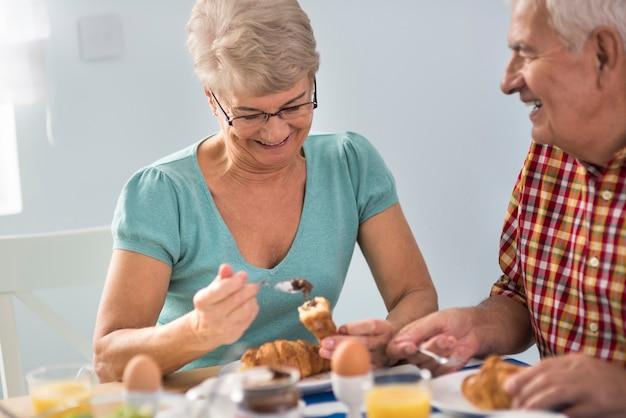 Heerlijke croissants geserveerd als ontbijt Gratis Foto
