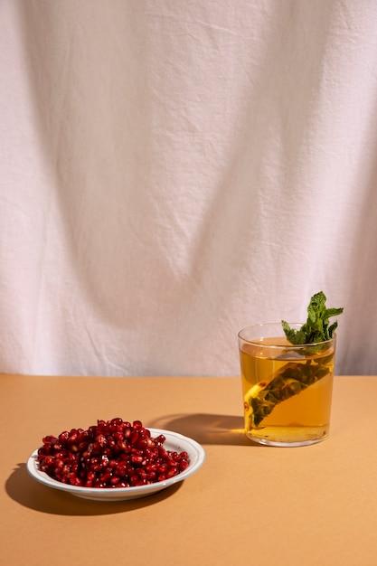 Heerlijke drank met granaatappelzaden vooraan wit gordijn Gratis Foto