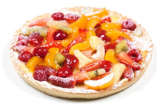 Heerlijke fruit taart geïsoleerd op een witte ruimte Gratis Foto