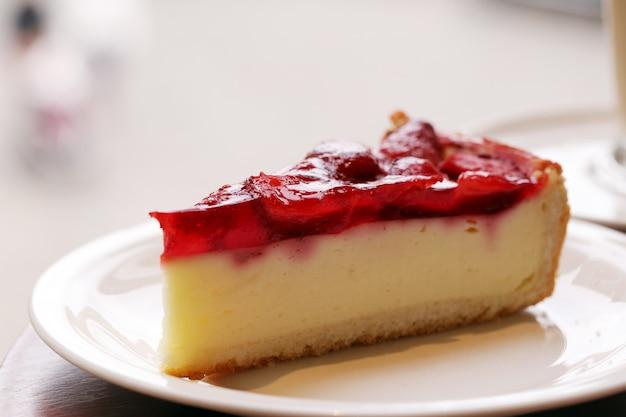 Heerlijke fruitcake op een plaat Gratis Foto