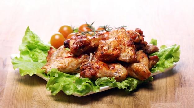 Heerlijke gebakken kip op de plaat Gratis Foto