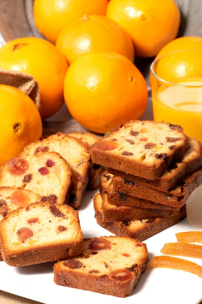 Heerlijke gedroogd fruitcake met sinaasappels Premium Foto