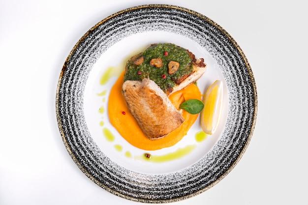 Heerlijke gekookte vis met saus Premium Foto
