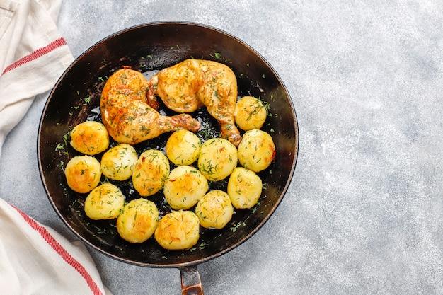 Heerlijke geroosterde jonge aardappelen met dille en kip, bovenaanzicht Gratis Foto