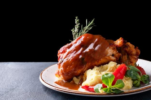 Heerlijke geroosterde varkensschenkel met aardappelpuree. Premium Foto