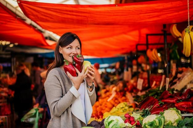 Heerlijke geur van verse groenten. mooie vrouw op boerenmarkt. Premium Foto