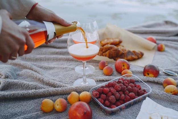 Heerlijke gezonde zomerpicknick op het gras. vruchten op een blancet. Gratis Foto