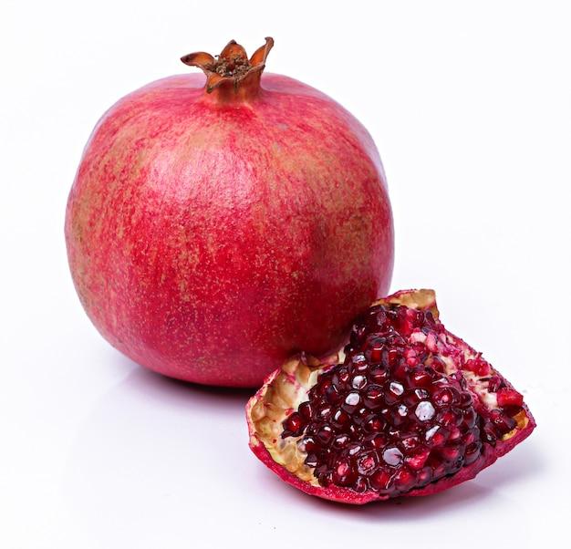 Heerlijke granaatappel op wit Gratis Foto