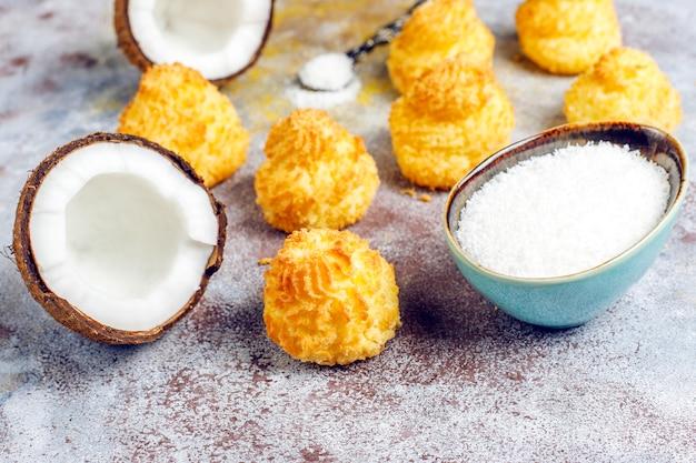 Heerlijke huisgemaakte kokos macarons met verse kokos Gratis Foto