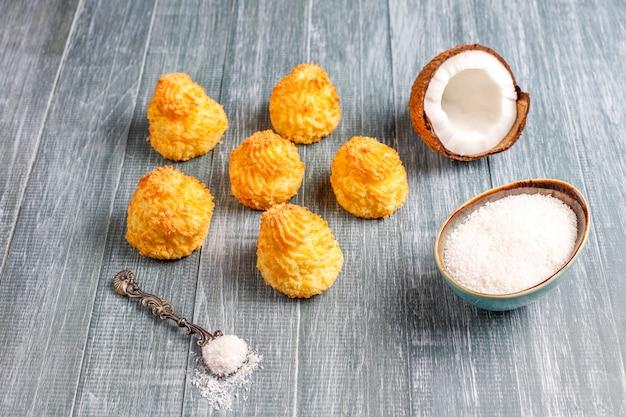 Heerlijke huisgemaakte kokosmakarons met verse kokosnoot Gratis Foto