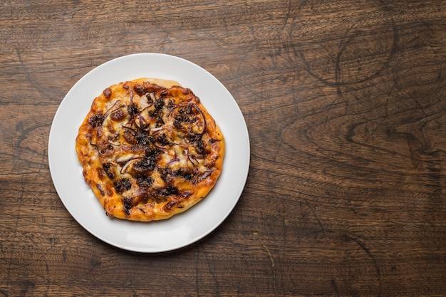 Heerlijke italiaanse pizza's geserveerd op houten tafel Gratis Foto