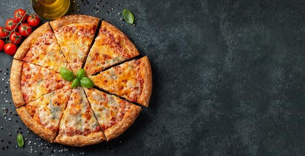 Heerlijke italiaanse pizza vier kazen met basilicum. Premium Foto