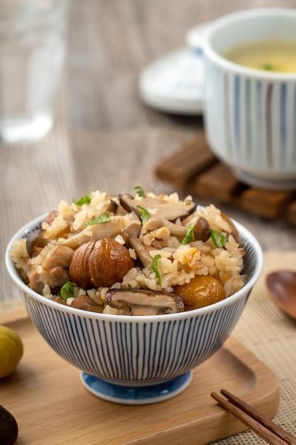 Heerlijke japanse kastanje en kip met gekruide shimeji-rijst, ook wel bekend als takikomi gohan. Premium Foto